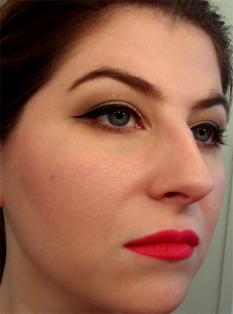 cat eye light warm brown shadow matte red lips