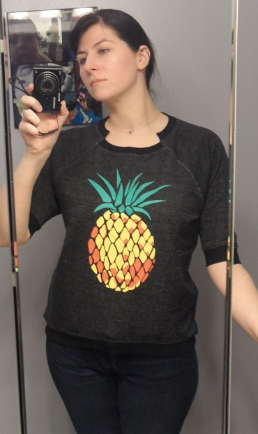 pineapple print sweatshirt in black golden tote
